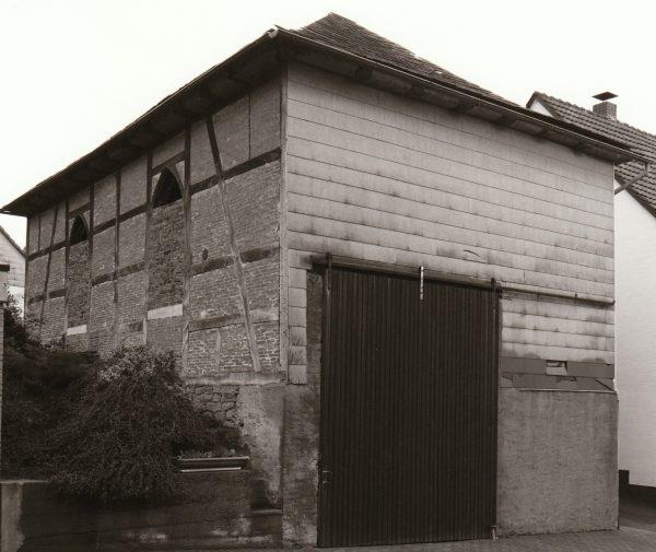 Bilder vor der Sanierung des historischen Gebäudes. Synagoge vor dem Umbau. In dieser Zeit diente sie als Unterstand für landwirtschaftliche Geräte.